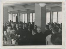 [Uroczyste otwarcie Biblioteki Uniwersyteckiej w Toruniu, 10 maja 1947 roku portret grupowy uczestników uroczystości]