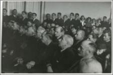 [Inauguracja roku akademickiego 1947/1948 na Uniwersytecie Mikołaja Kopernika w Toruniu portret grupowy uczestników uroczystości]
