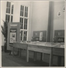 [Biblioteka Uniwersytecka w Toruniu wystawa z okazji 35 rocznicy Rewolucji Październikowej, 1952 r.]