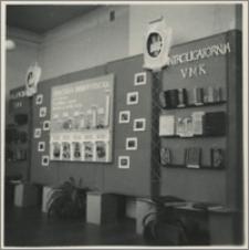 """[Uniwersytet Mikołaja Kopernika w Toruniu: wystawa """"5. lecie UMK"""", Biblioteka Uniwersytecka, styczeń 1951]"""