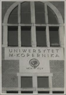 [Uniwersytet Mikołaja Kopernika w Toruniu: budynek Collegium Maius ok. 1955 r.]