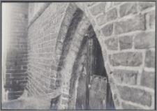 [Toruń, okno ostrołukowe w nawie bocznej kościoła św. Jakuba]