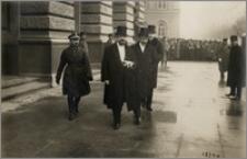 Trzech dyplomatów w asyście oficera wojska polskiego