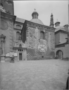 Częstochowa. Klasztor oo. Paulinów na Jasnej Górze. Zewnętrzna ściana Kaplicy Denhoffów. Widok od strony południowej