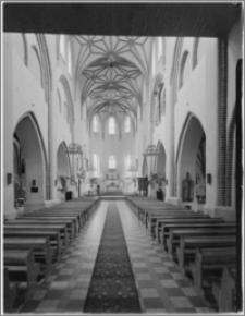 Bartoszyce. Kościół parafialny św. Jana Ewangelisty i Matki Boskiej Częstochowskiej. Wnętrze-widok na prezbiterium