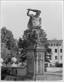 Białystok. Pałac Branickich, figura na dziedzińcu