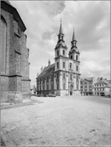 Brzeg. Kościół Jezuitów Podwyższenia Krzyża Świętego. Widok elewacji południowej