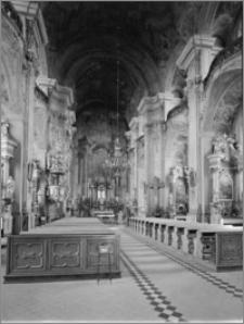 Brzeg. Kościół Jezuitów Podwyższenia Krzyża Świętego. Wnętrze. Widok prezbiterium
