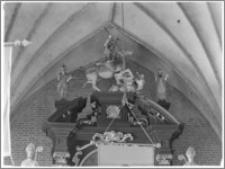 Chełmża. Kościół Parafialny Św. Trójcy [ob. Konkatedra Św. Trójcy]. Wnętrze-ołtarz główny zwieńczenie