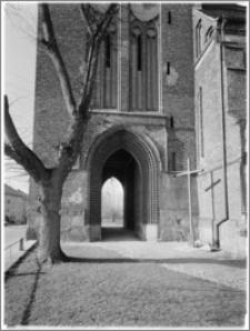 Chociwel. Kościół pw. Matki Boskiej Bolesnej - fragment wieży od strony południowej