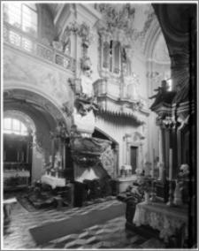 Kraków [Kościół pw. św. Andrzeja – wnętrze – widok na ambonę i ścianę płn. prezbiterium, sztukateria Baltazara Fontany]