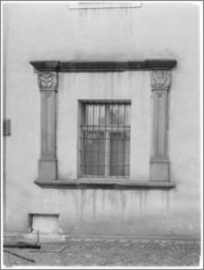 Chojnów. Zamek Piastowski. Okno pomiędzy portalami