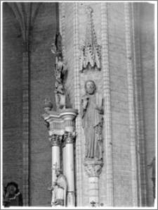 Chełmno. Fara-kościół Wniebowzięcia NMP. Wnętrze-święty na konsoli w nawie głównej