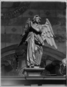 Kraków. Kościół Wniebowzięcia NMP (Bazylika Mariacka). Wnętrze. Rzeźba anioła na kracie kaplicy Matki Boskiej Loretańskiej