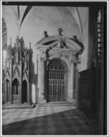 Kraków. Kościół dominikanów Św. Trójcy. Wnętrze-portal do Kaplicy Lubomirskich