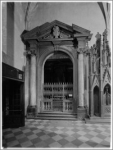 Kraków. Kościół dominikanów Św. Trójcy. Wnętrze-portal do Kaplicy Zbaraskich