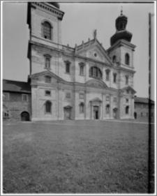 Kraków. Kościół kamedułów Wniebowzięcia NMP na Bielanach. Widok na elewację zachodnią