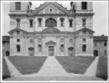 Kraków. Kościół kamedułów Wniebowzięcia NMP na Bielanach. Widok na elewację zachodnią-część dolna
