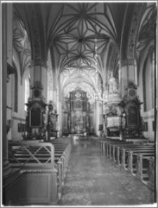 Reszel. Kościół parafialny św. Apostołów Piotra i Pawła. Wnętrze. Widok na prezbiterium