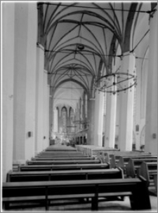 Szczecin. Kościół św. Jana Ewangelisty. Wnętrze. Widok na prezbiterium z nawy głównej
