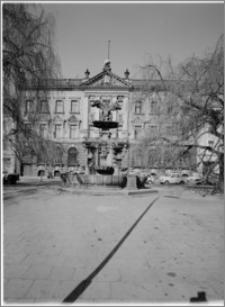 """Szczecin. Pałac """"Pod Globusem"""". Widok na elewację wschodnią i fontannę Orła Białego"""