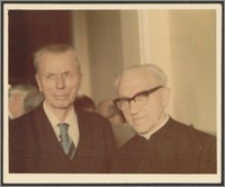 Stanisław Kiałka z ks. Stefanem Dzierżkiem na zjeździe koleżeńskim