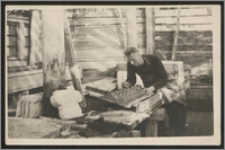 S. Kiałka rzeźbący w drewnie