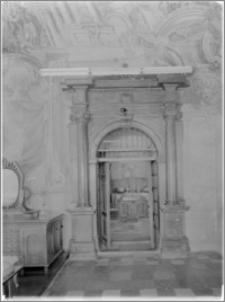 Lublin. Katedra św. Jana Chrzciciela i św. Jana Ewangelisty. Wnętrze. Portal w zakrystii
