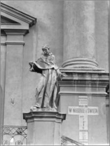 Przemyśl. Kościół Franciszkanów. Rzeźba przed elewacją zachodnią