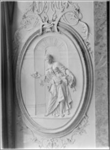 """Ołomuniec (Morawy, Czechy). Klasztor Hradisko. Sala ceremonialna. Wnętrze. Płaskorzeźba """"Alegoria szczodrości"""""""