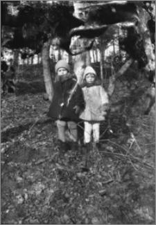 [Jerzy Kamiński i Kazimierz Markiewicz w lesie zimą]