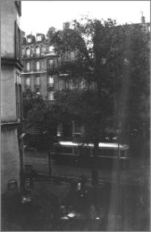 [Widok z okna hotelowego na Avenue Wagram w Paryżu]