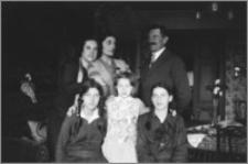 [Portret rodziny Bereźnickich we wnętrzu pokoju]