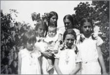 [Stanisława Bereźnicka, Bronisława Bereźnicka, Halina Bereźnicka, Andrzej Bereźnicki w towarzystwie trzech dziewczynek w plenerze]