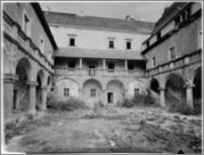 Płakowice [Zamek, podworzec]