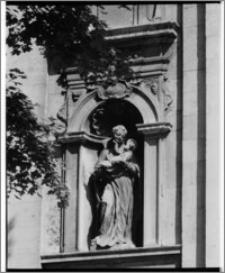 Kraków. Kościół śś. Apostołów Piotra i Pawła. Rzeźba św. Stanisława Kostki w fasadzie świątyni