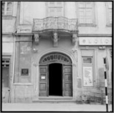 Lwów (Ukraina). Wejście do kamienicy przy ul. Rynek 10