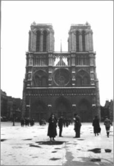 [Walentyna Bereźnicka w Paryżu na tle Archikatedry Notre Dame]