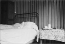 """[Wnętrze pokoju w hotelu """"Neva"""" w Paryżu]"""