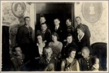Czesław Bartkowiak w towarzystwie kobiet i mężczyzn w mundurach Wojska Polskiego