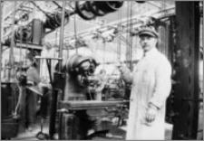 [Frezarka linii produkcyjnej zapalników czasowych w fabryce zbrojeniowej Schneidera&Cie w Hawrze]