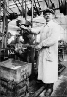 [Frezarka linii produkcyjnej zapalników w fabryce Schneidera&Cie w Hawrze]