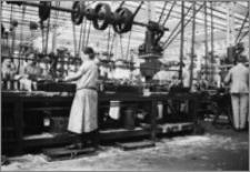 [Kobiety przy tokarce rewolwerowej na linii produkcyjnej zapalników w fabryce zbrojeniowej Schneidera&Cie w Hawrze]
